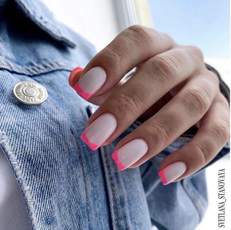 Unhas da mão quadradas e com francesinha rosa neon Unhas decoradas 2020