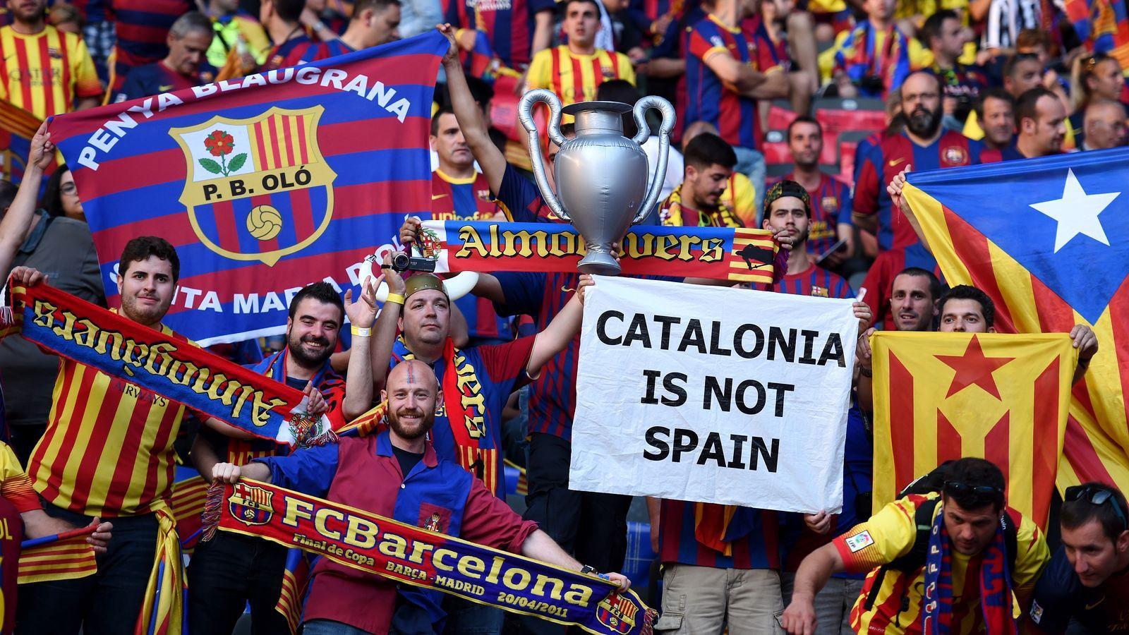 A imagem mostra a torcida do Barcelona protestando