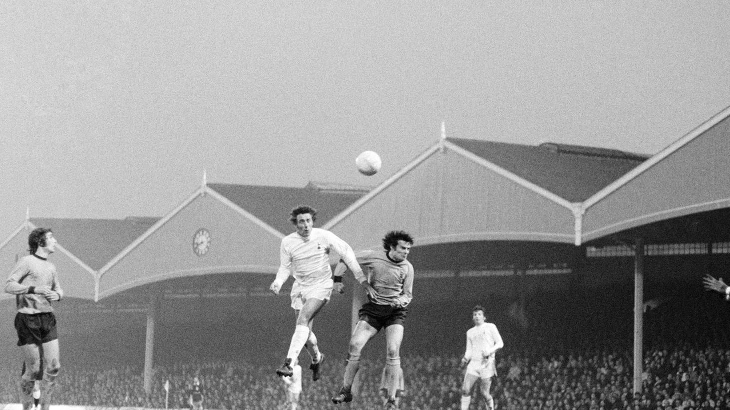 Martin Chivers em 1971 pulando para cabecear a bola na final contra o Wolves