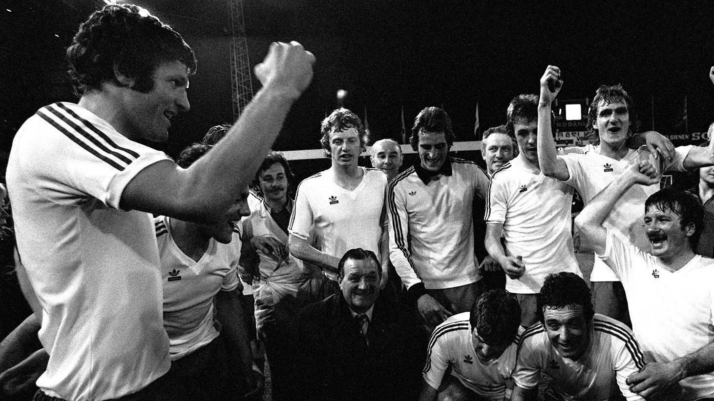 Jogadores do liverpool comemorando o tírulo em 1975, imagem em preto e branco