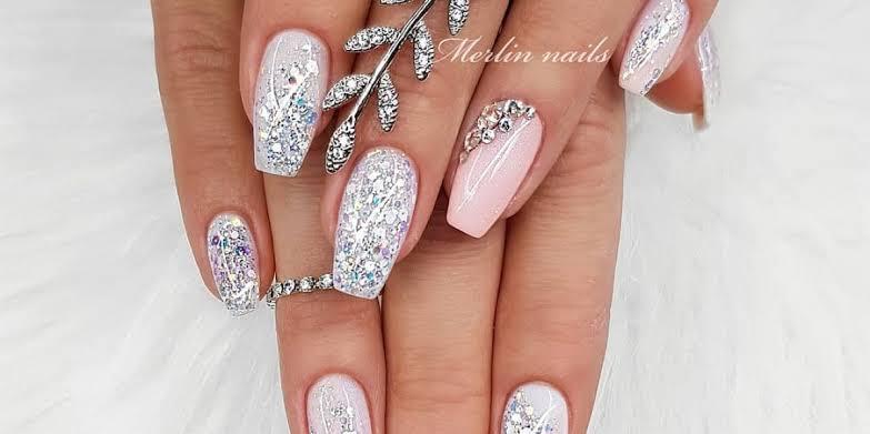 Unhas brancas com glitter prata