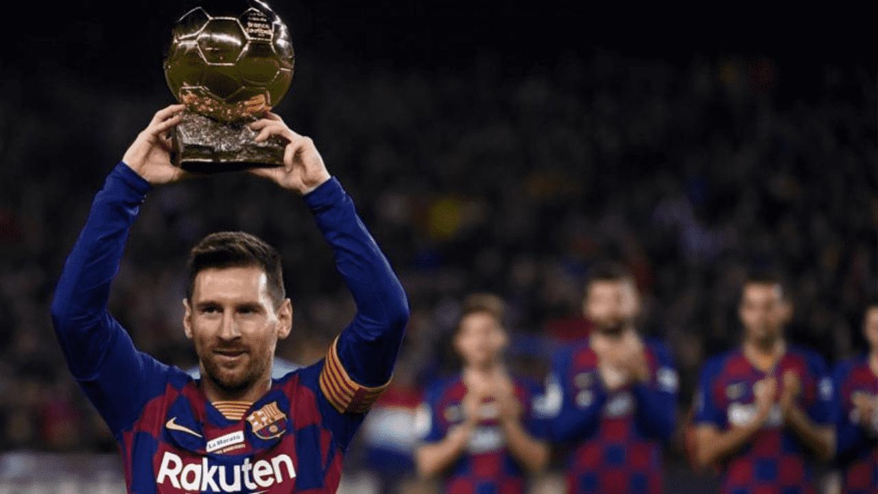 Imagem mostra Lionel Messi levantando sua sexta bola de ouro