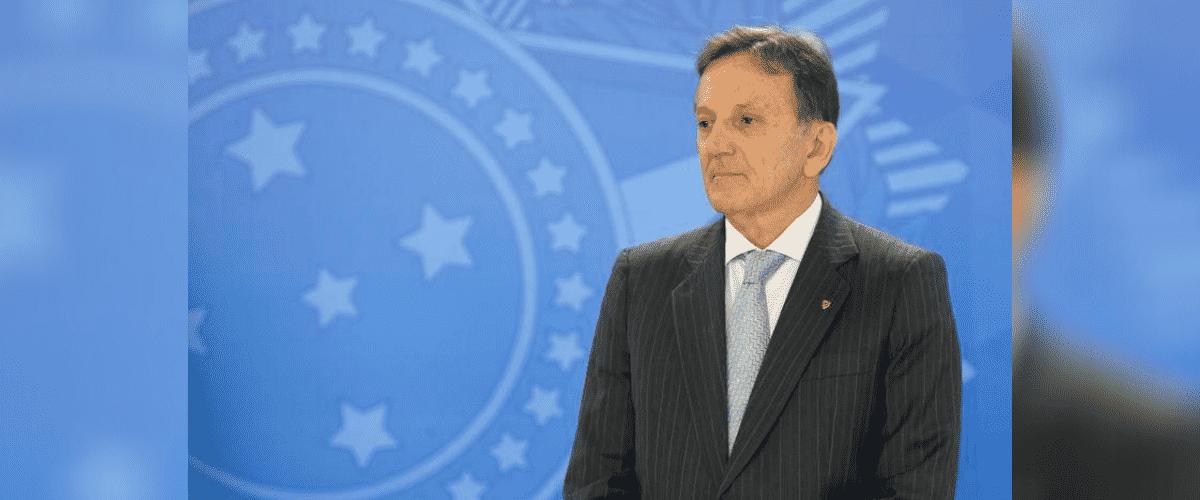 Governo Bolsonaro: General Floriano Peixoto posa em frente à painel com brasão da República