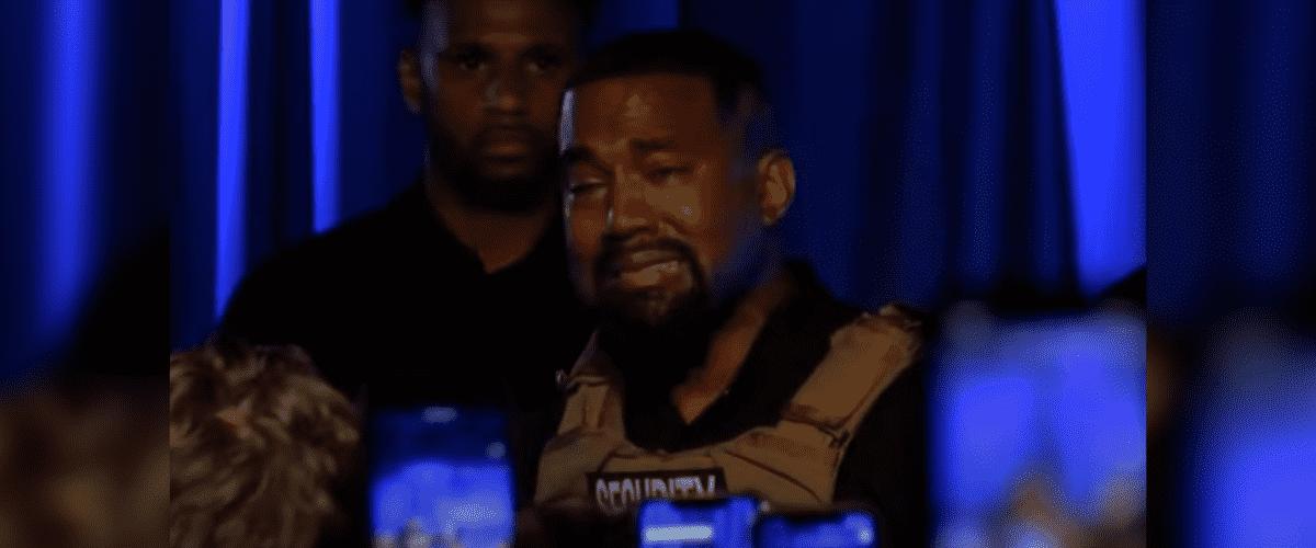 Kanye West chorando durante evento de sua campanha presidencial