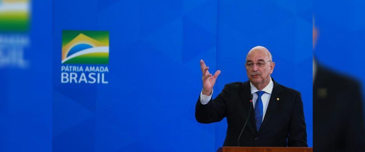 Osmar Terra aparece em frente à painel com slogan do Governo Bolsonaro.