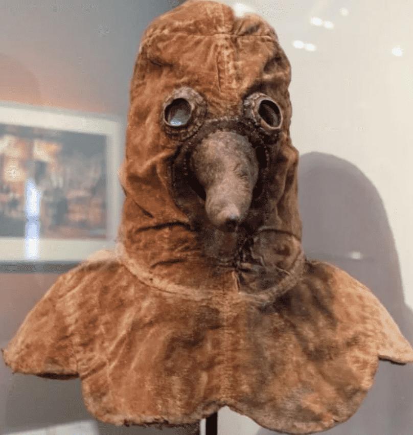 Foto mostra proteção utilizada por médicos na peste bubônica. Uma espécie de máscara com um bico.