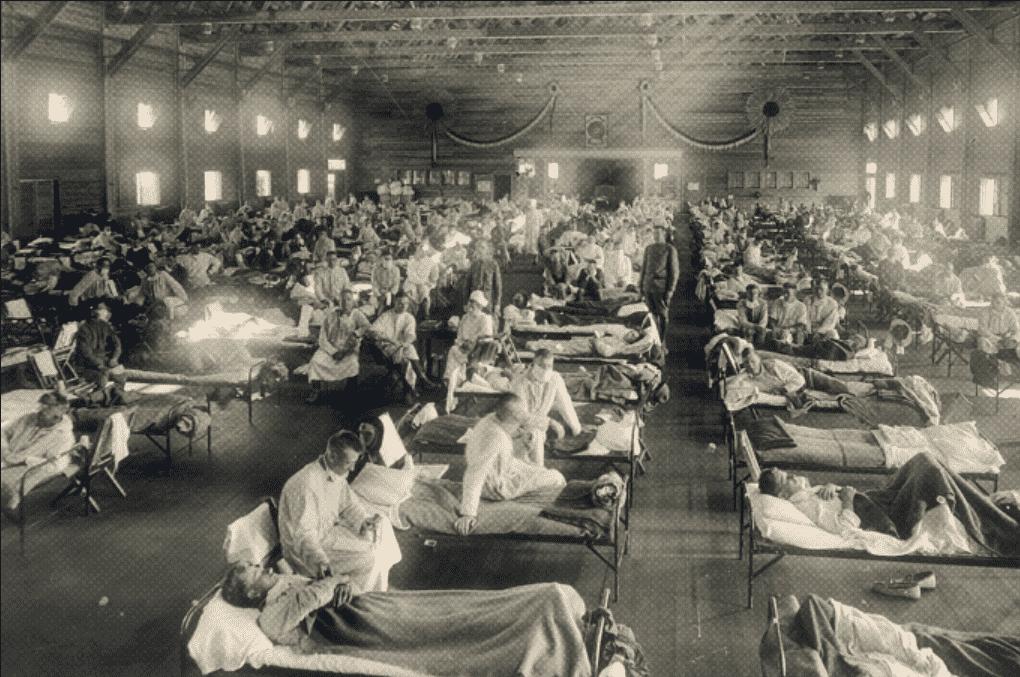 Foto mostra um hospital cheio de camas.