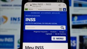 Foto de um celular com a página do INSS aberta