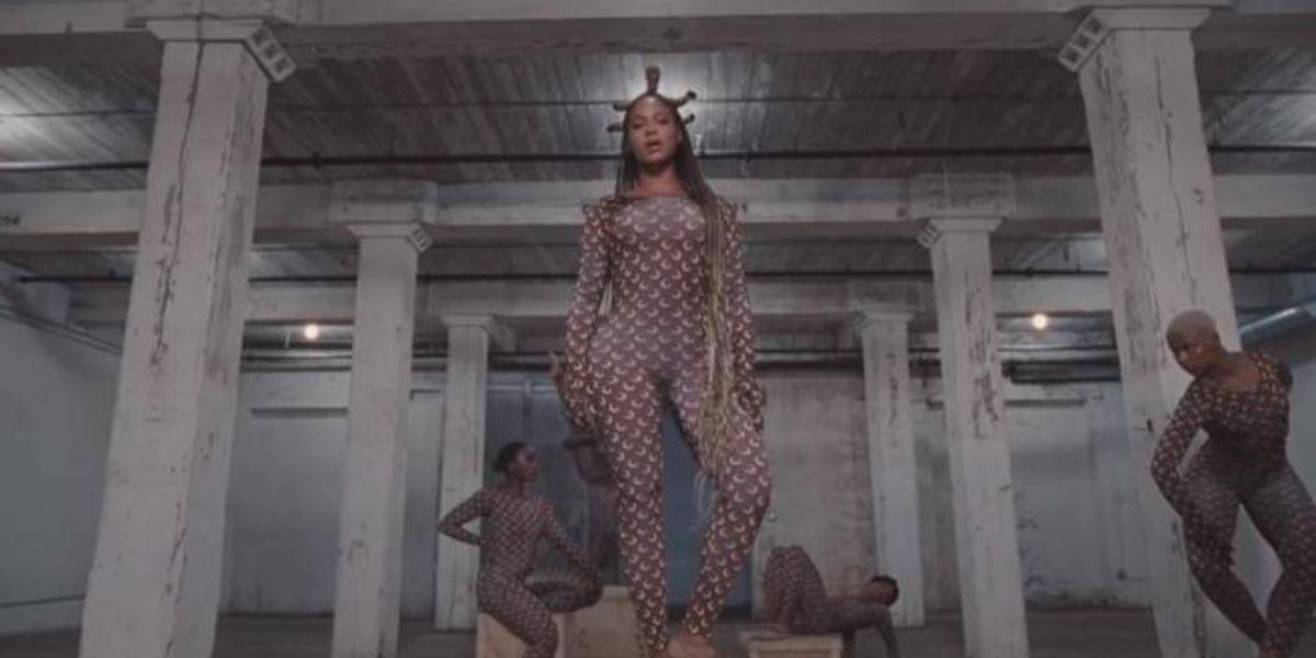 Beyoncé parada em cima de um pilar olhando para frente no clipe Already