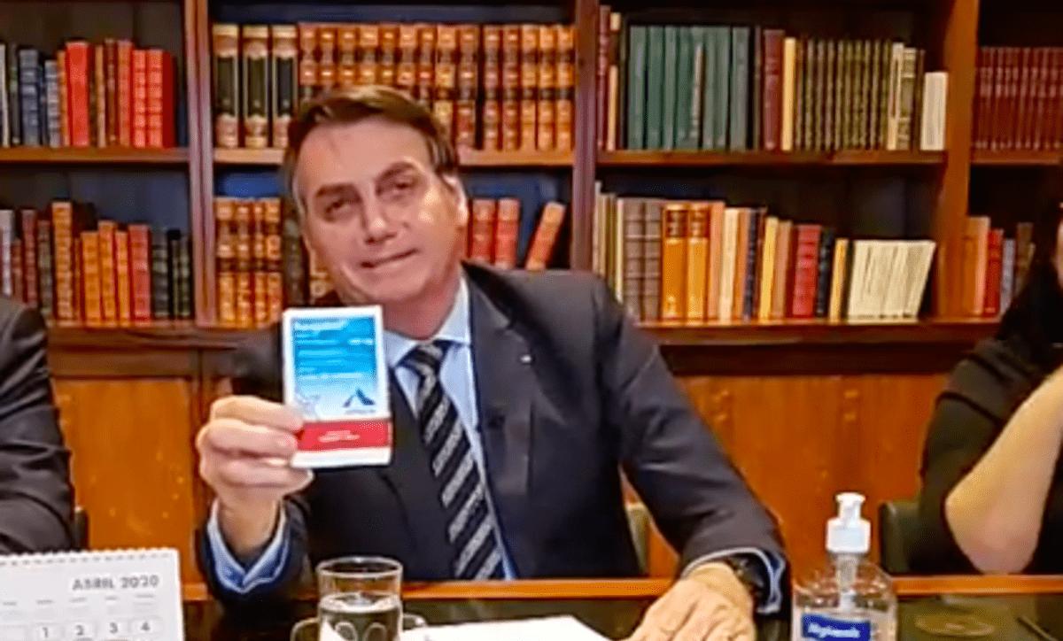 Imagem mostra Jair Bolsonaro exibindo o remédio cloroquina