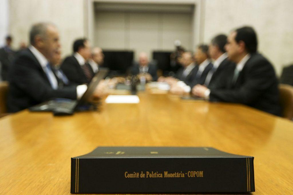 Imagem mostra livro na mesa E DIRETOR DO BC