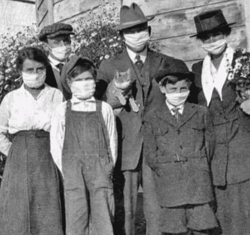 Foto mostra pessoas na época da pandemia da gripe espanhola, usando máscaras.
