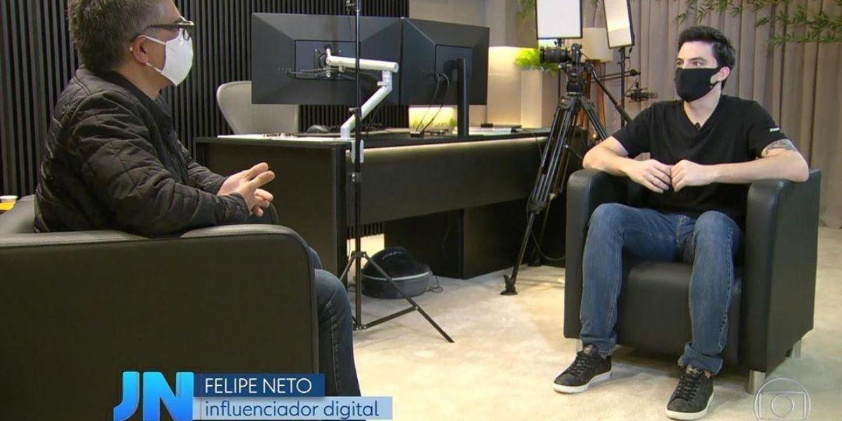 Felipe Neto sentado de frente para o repórter em entrevista ao Jornal Nacional