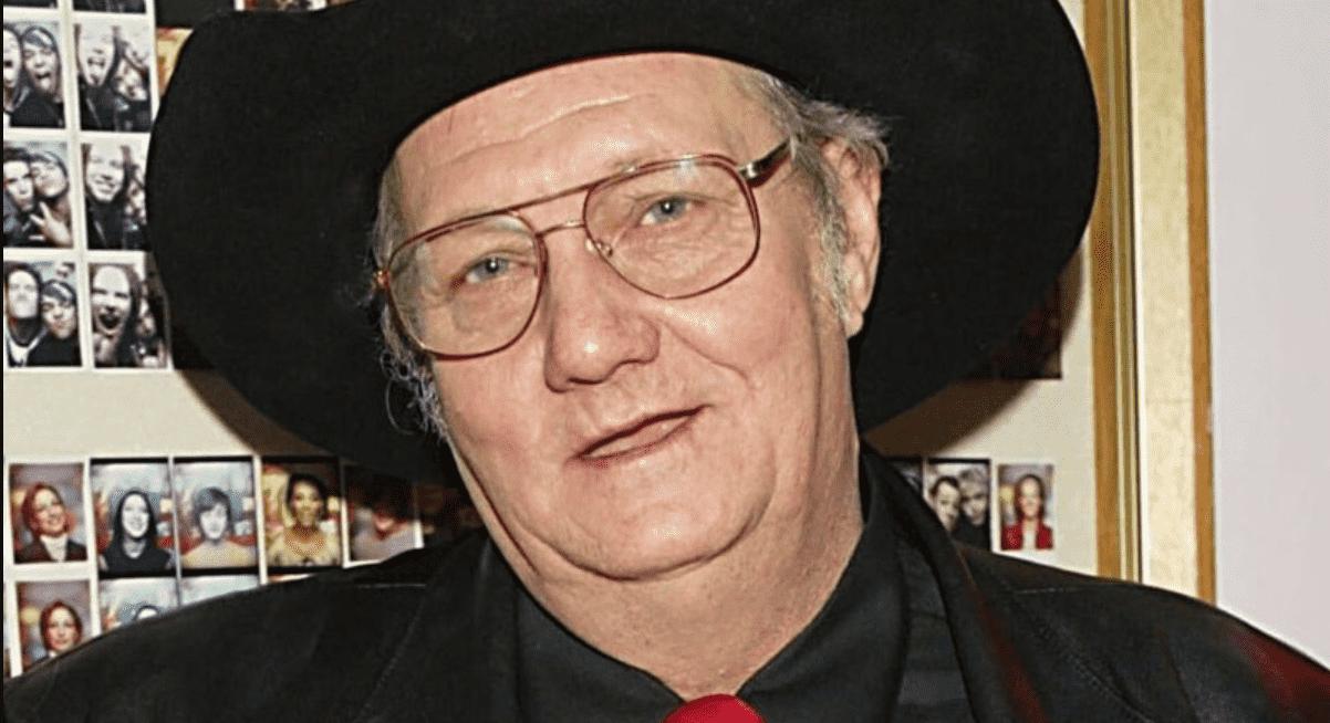Foto mostra o rosto de homem branco, de chapéu e óculos.