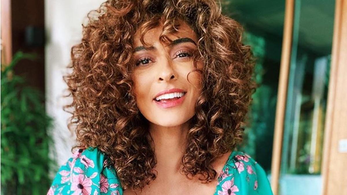 Imagem mostra atriz Juliana Paes com cabelos cacheados