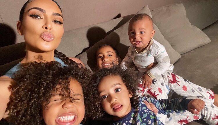 Kim Kardasian faz biquinho e posa com os quatro filhos
