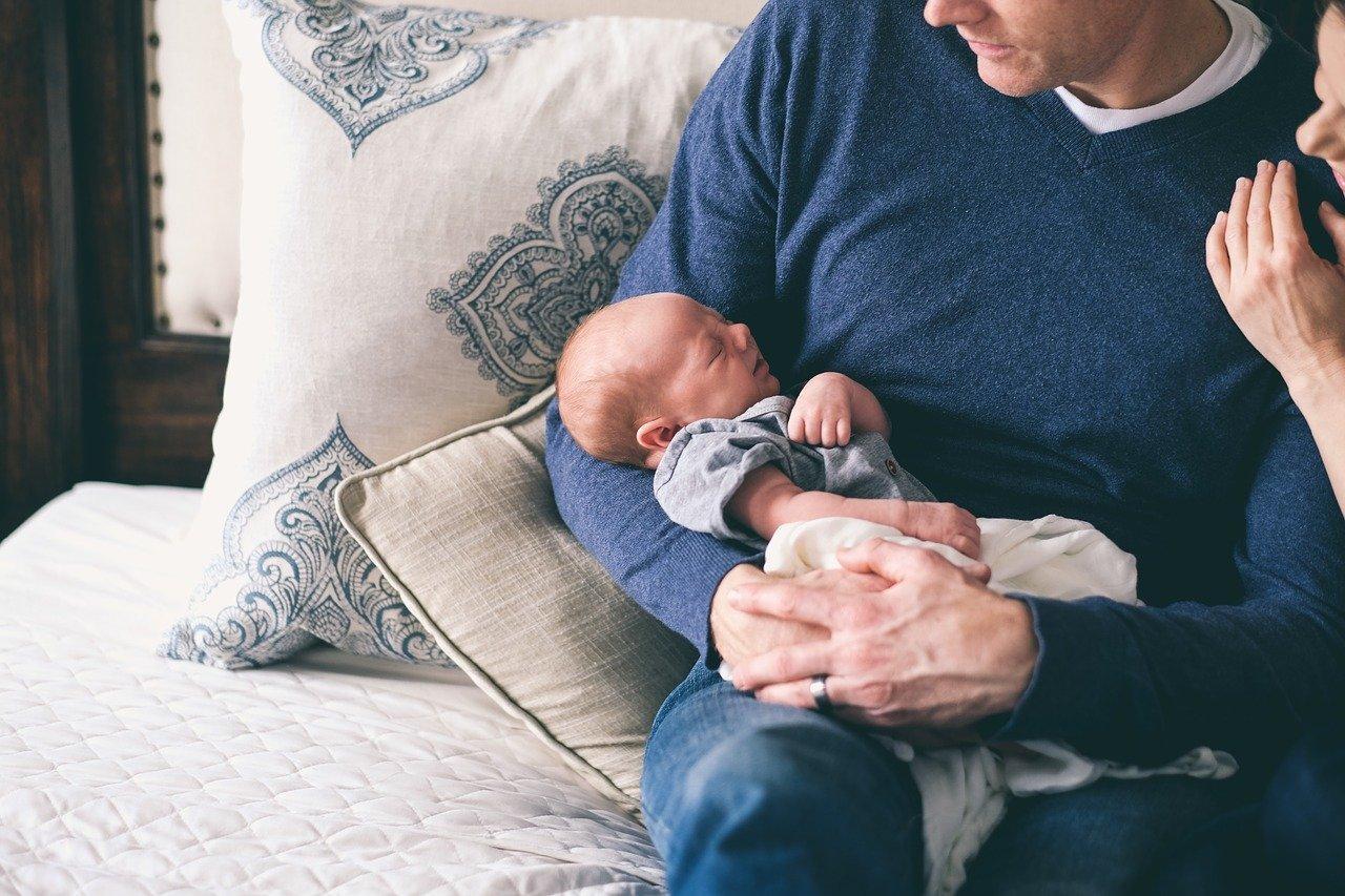 Pai com filho bebê no colo