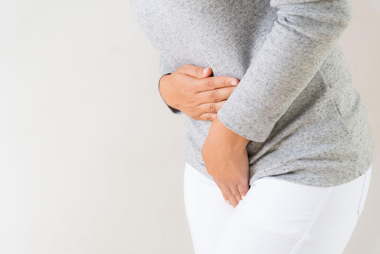 imagem mostra mulher com infecção urinária