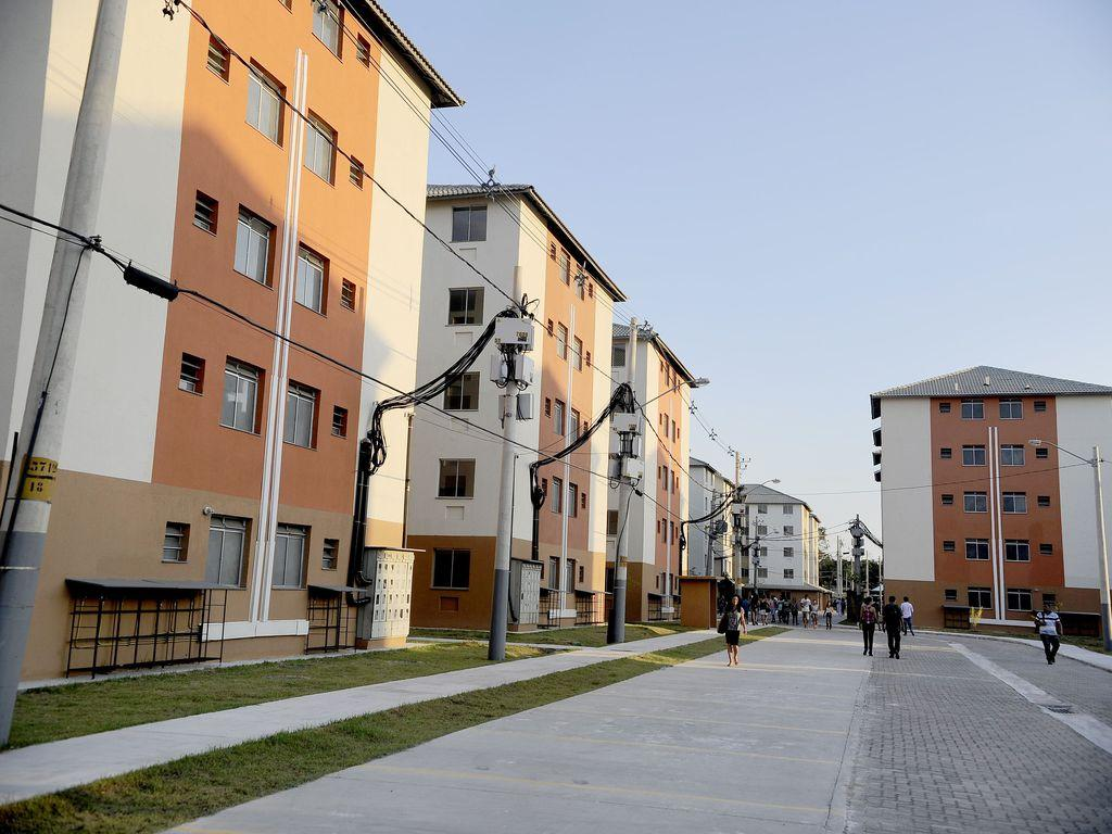 prédios de cinco andares enfileirados