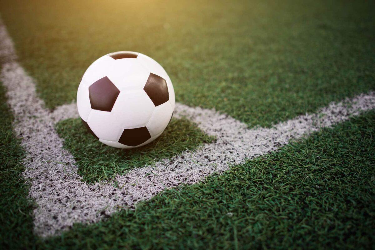 A imagem temos um bola de futebol na marca de escanteio do cartola fc. Dicas de jogadores alternativos e escondidos do cartola fc 2020