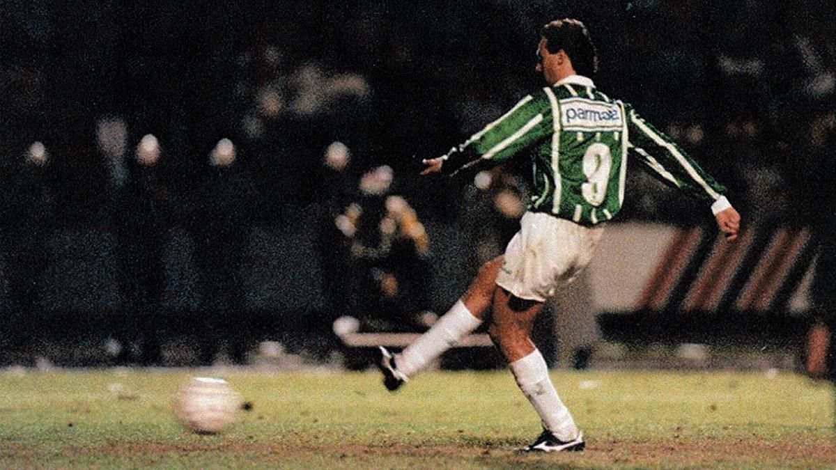 Evair chuta a gol para o Palmeiras na final do Paulistão de 1993