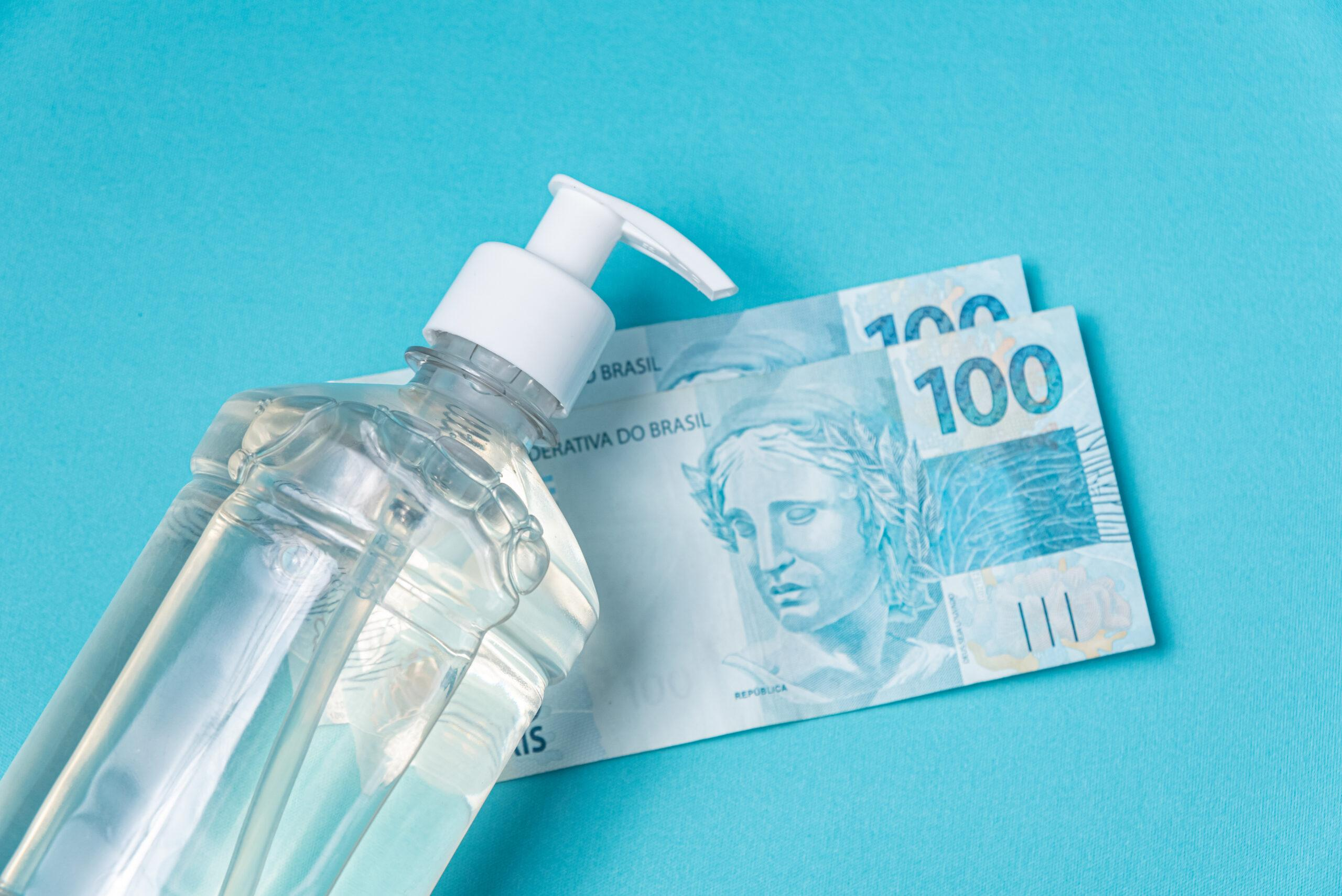 Álcool gel e notas de R$ 100