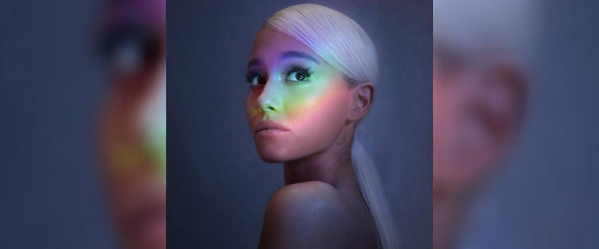 Foto promocional mostra Ariana Grande,a mulher mais ouvida do Spotify, com um reflexo colorido em seu rosto