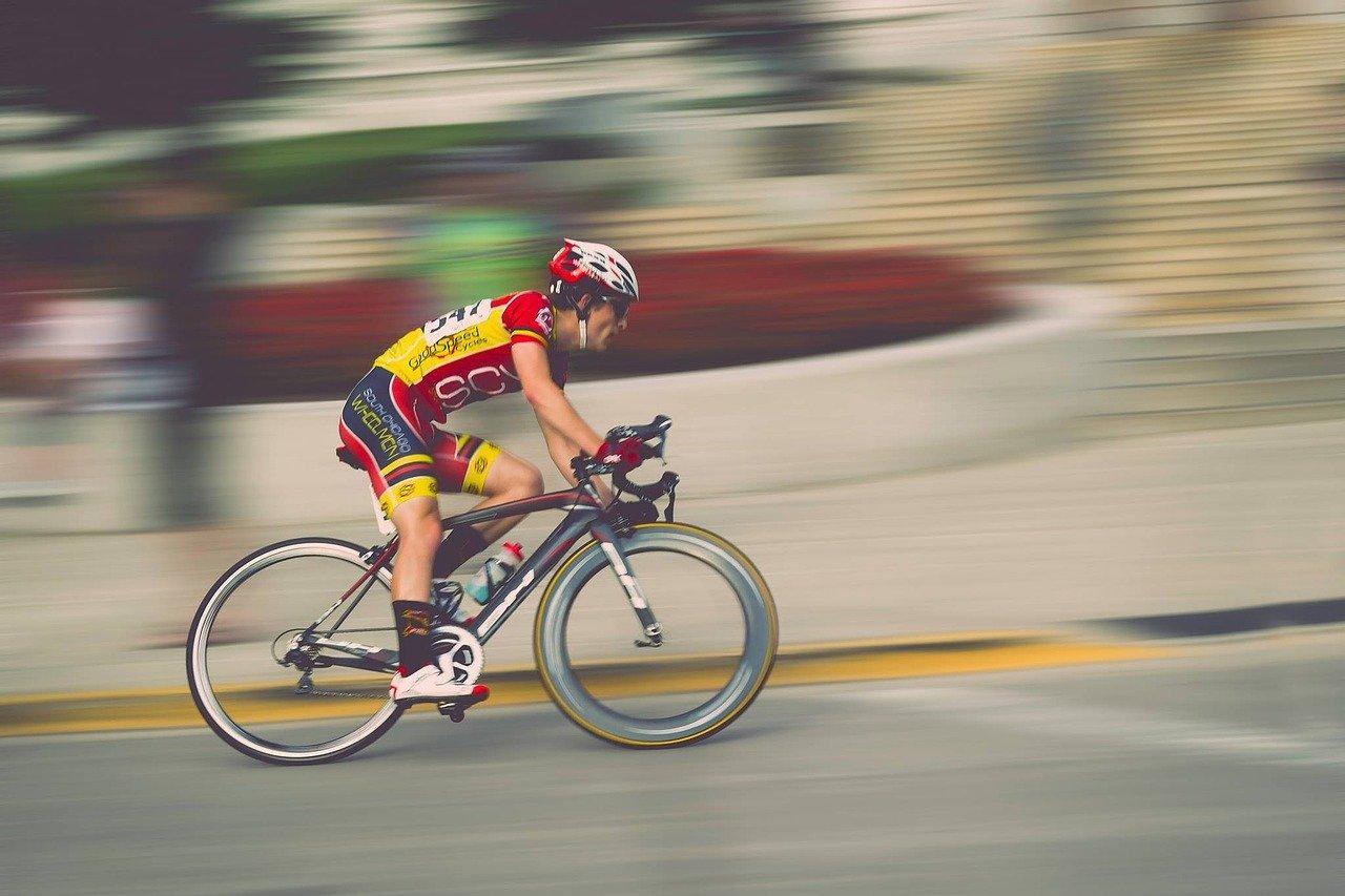 Foto de ciclista praticando corrida