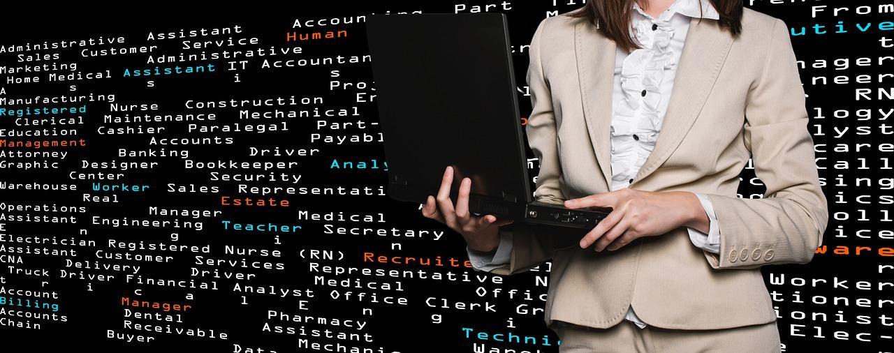 Mulher segurando notebook com fundo repleto de códigos de computação