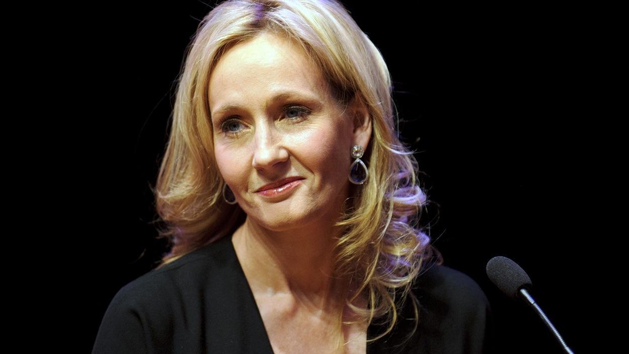 JK Rowling devolve prêmio