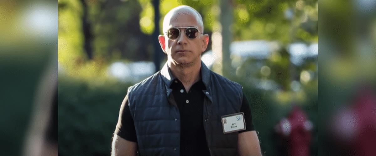 Jeff Bezos de óculos escuros andando