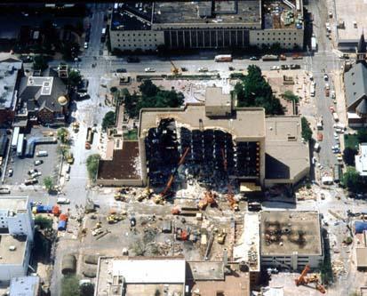 Fotografia aérea do Edifício Federal Alfred P. Murrah após o atentado