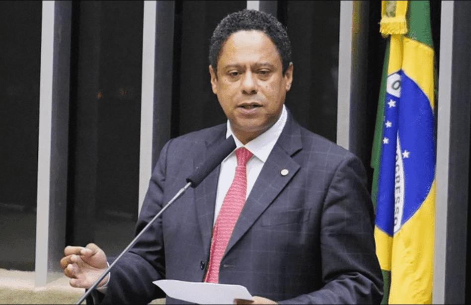 Foto mostra Orlando Silva, de terno falando ao microfone no congresso nacional.