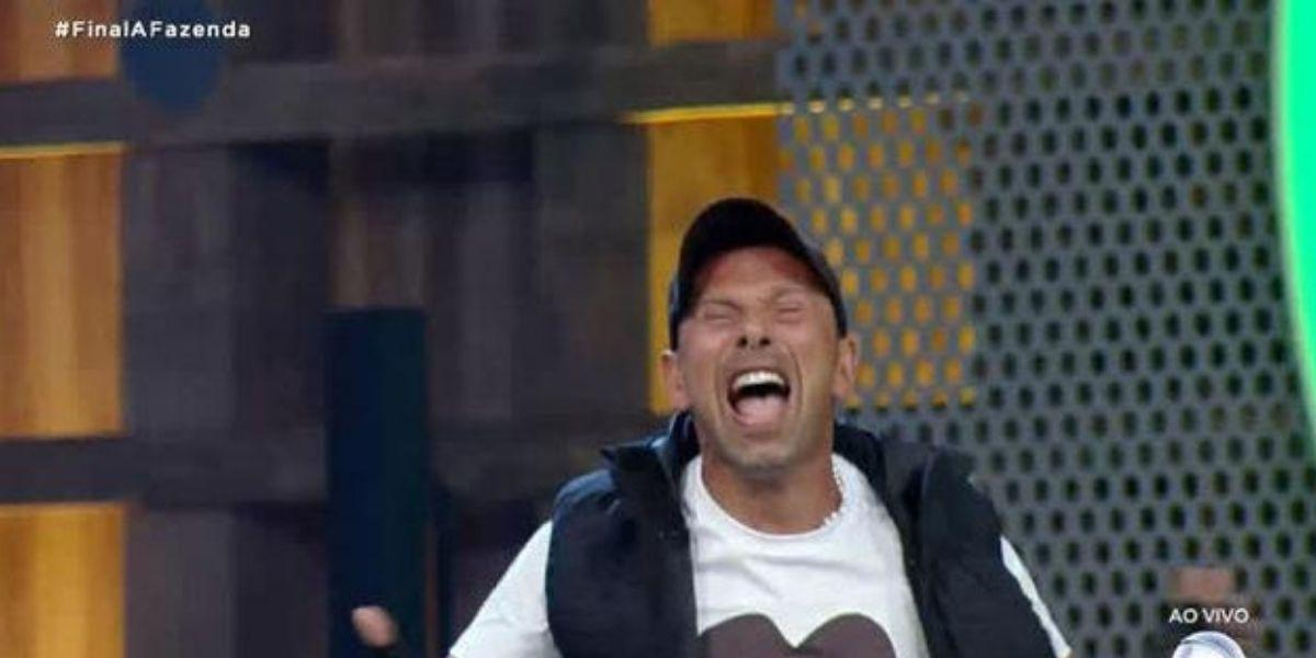 Rafael Ilha feliz gritando após vencer A Fazenda 10