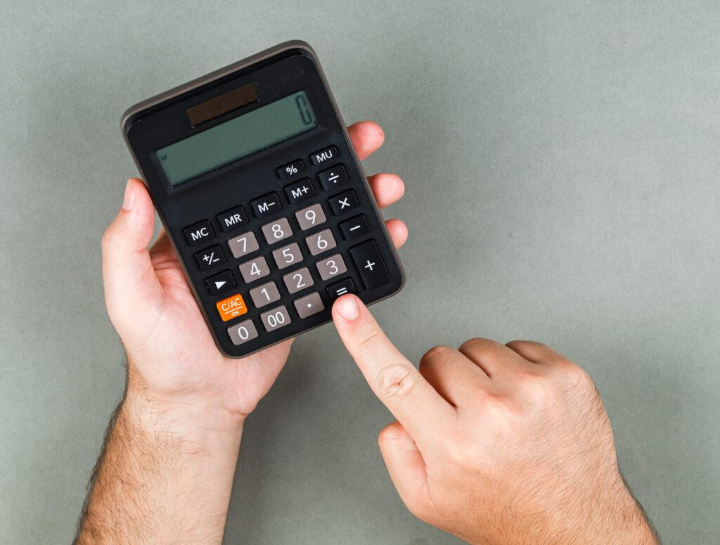 Pessoa usando a calculadora