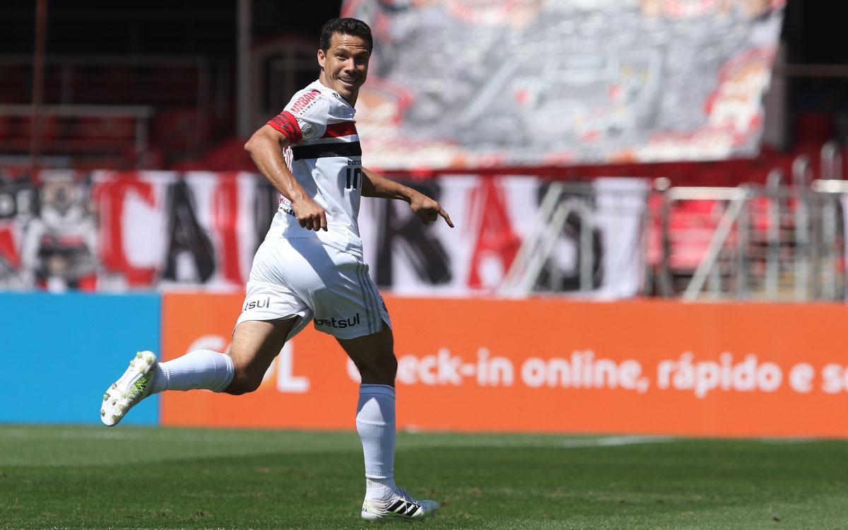 Hernanes comemora gol