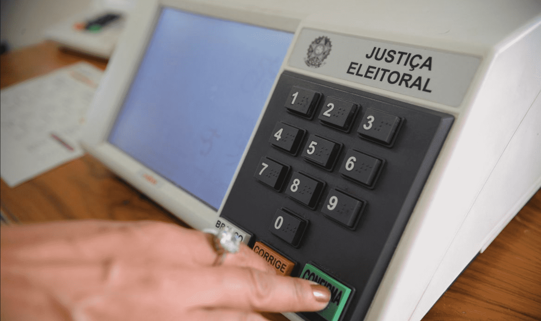 Foto mostra urna eletrônica.