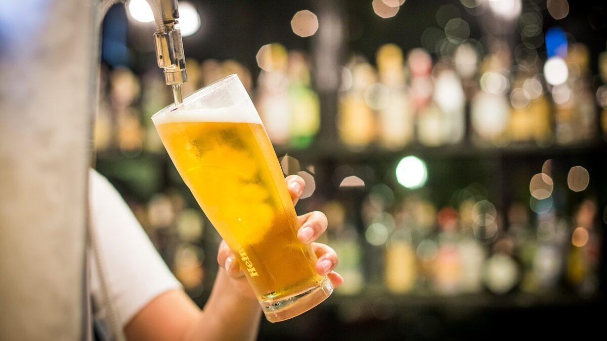 Tipos de cerveja: imagem mostra copo longo sendo enchido de cerveja clara