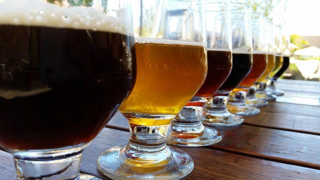 Direntes tipos de cervejas dispostas em fila
