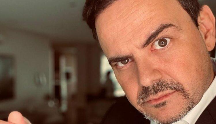 Humorista Carioca posado de terno preto para A Fazenda 2020