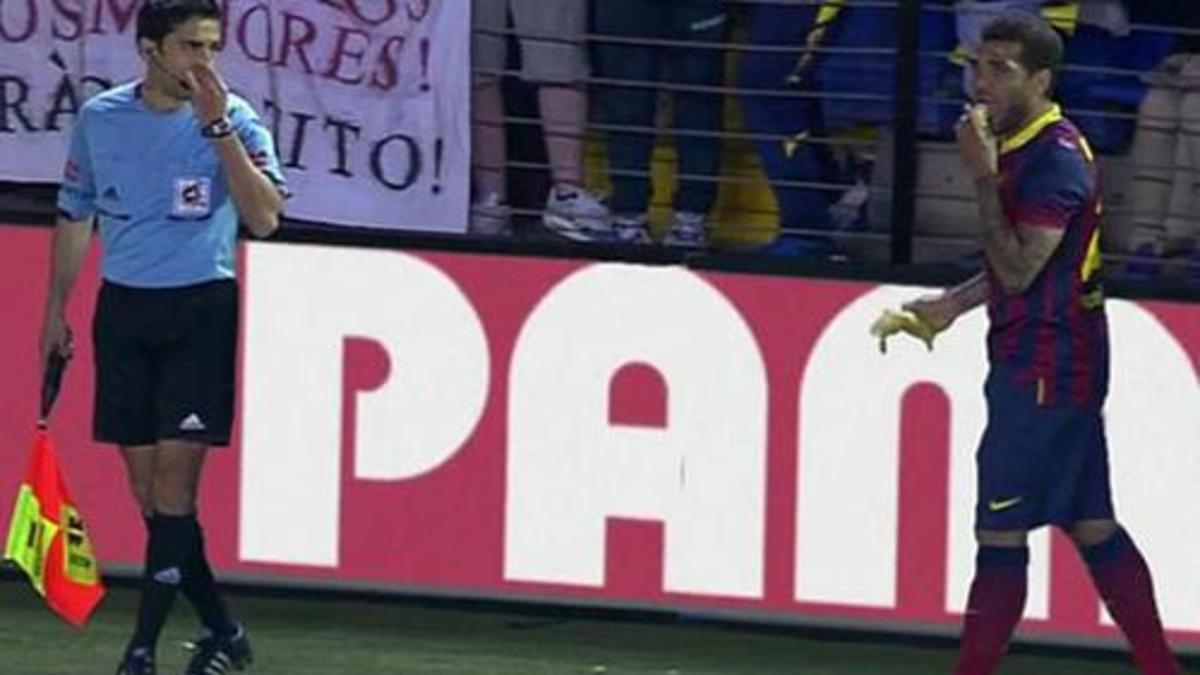 Daniel Alves come banana jogada em campo