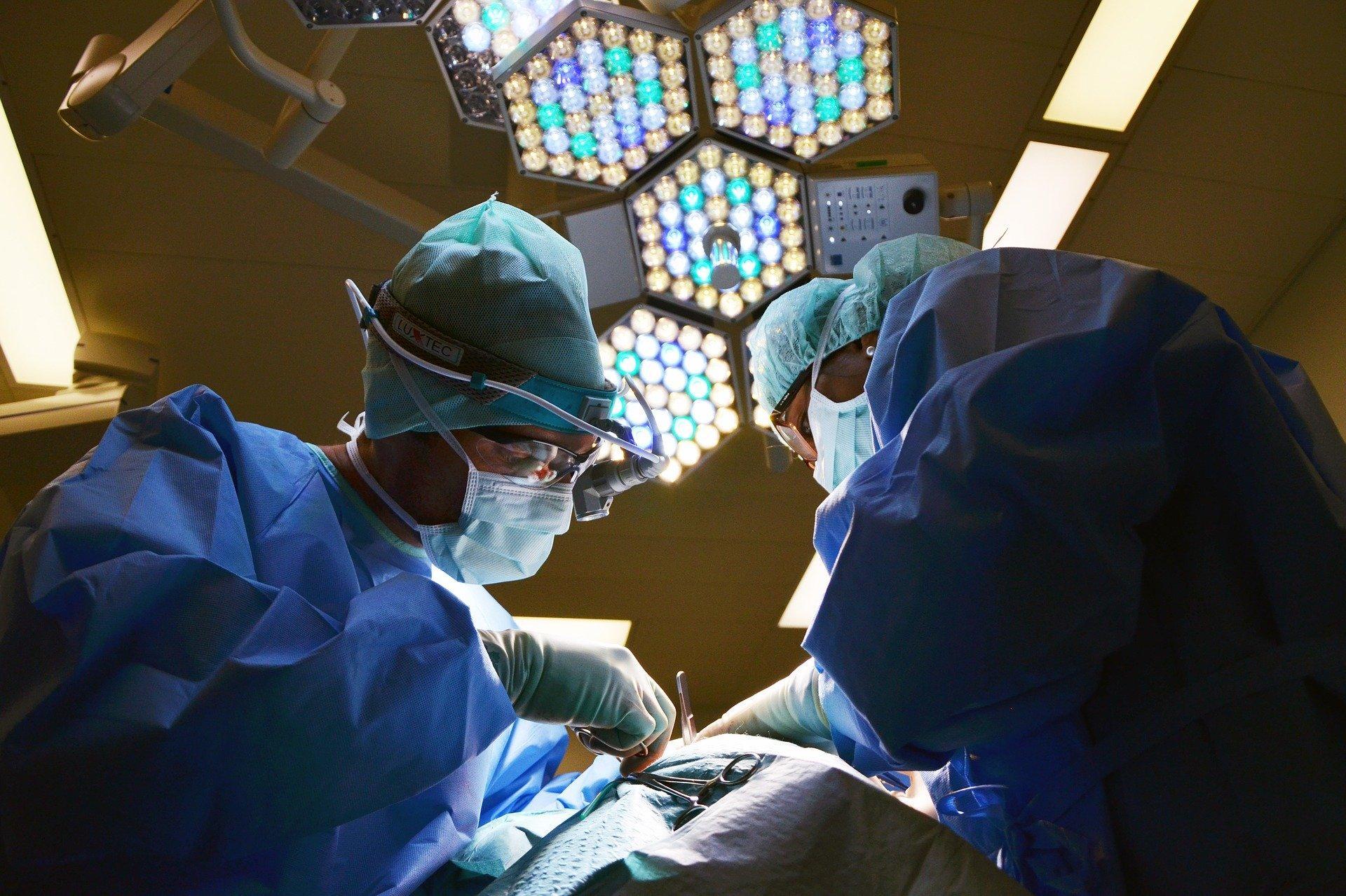 dois médicos fazendo cirurgia.