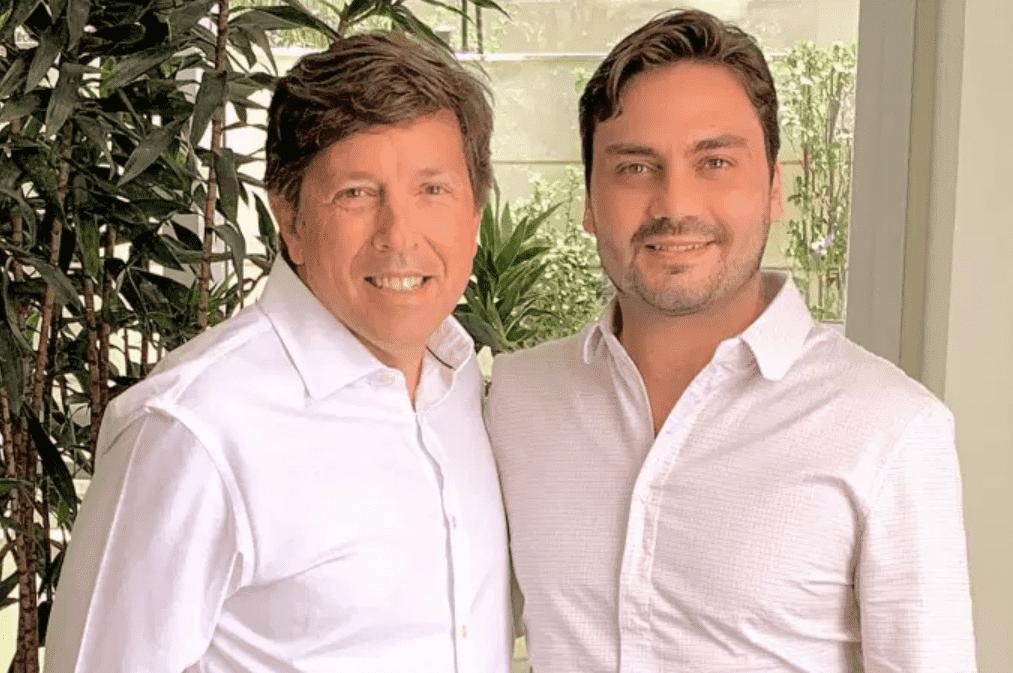 Foto mostra João Amoedo abraçado com Filipe Sabará.