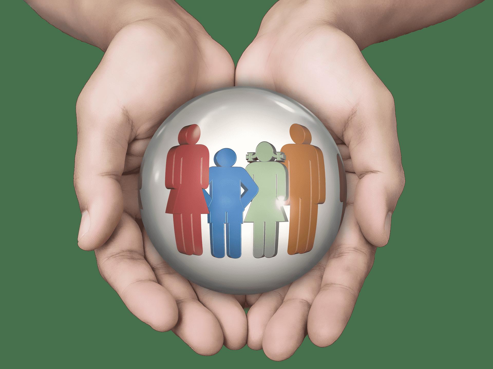mãos segurando uma esfera com ícone de 4 pessoas