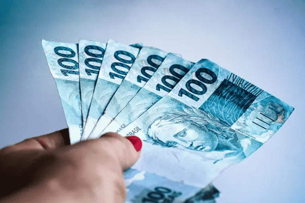 Foto mostra notas de 100 reais.