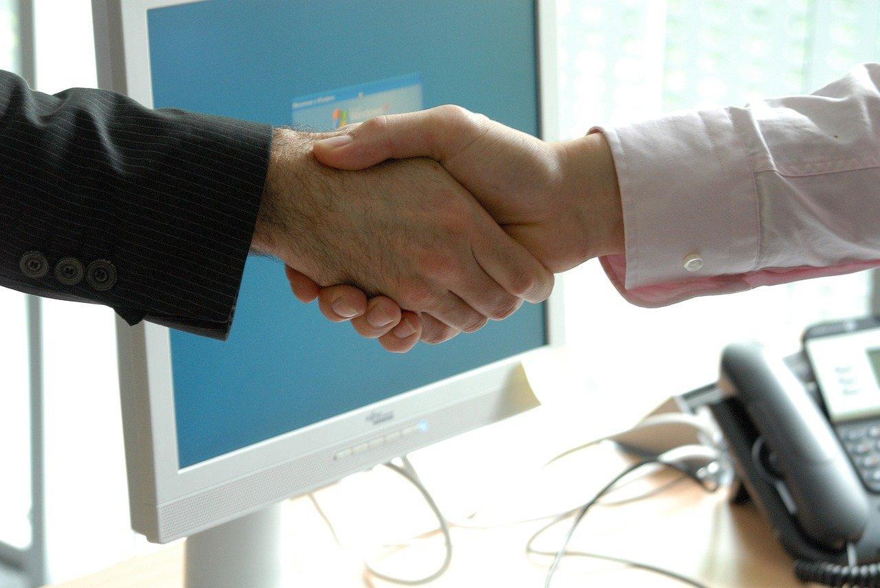 aperto de mãos simbolizando uma boa negociação