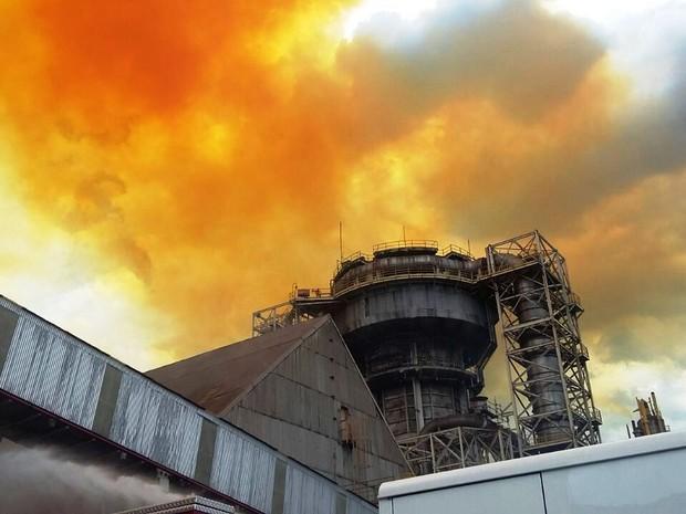 incêndio em Cubatão. Fumaça alaranjada e parte superior da empresa onde aconteceu o acidente