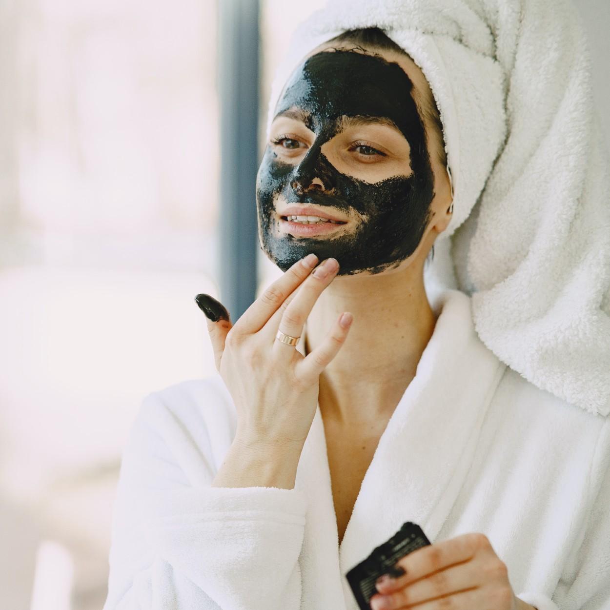 máscara de argila preta