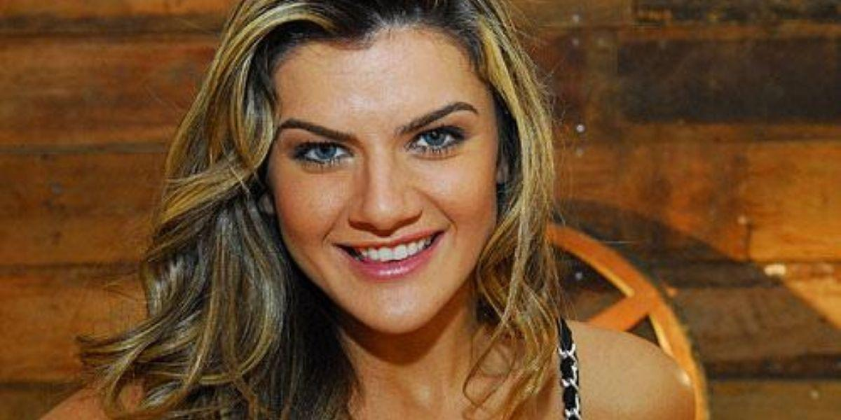 Mirella Santos posada sorrindo
