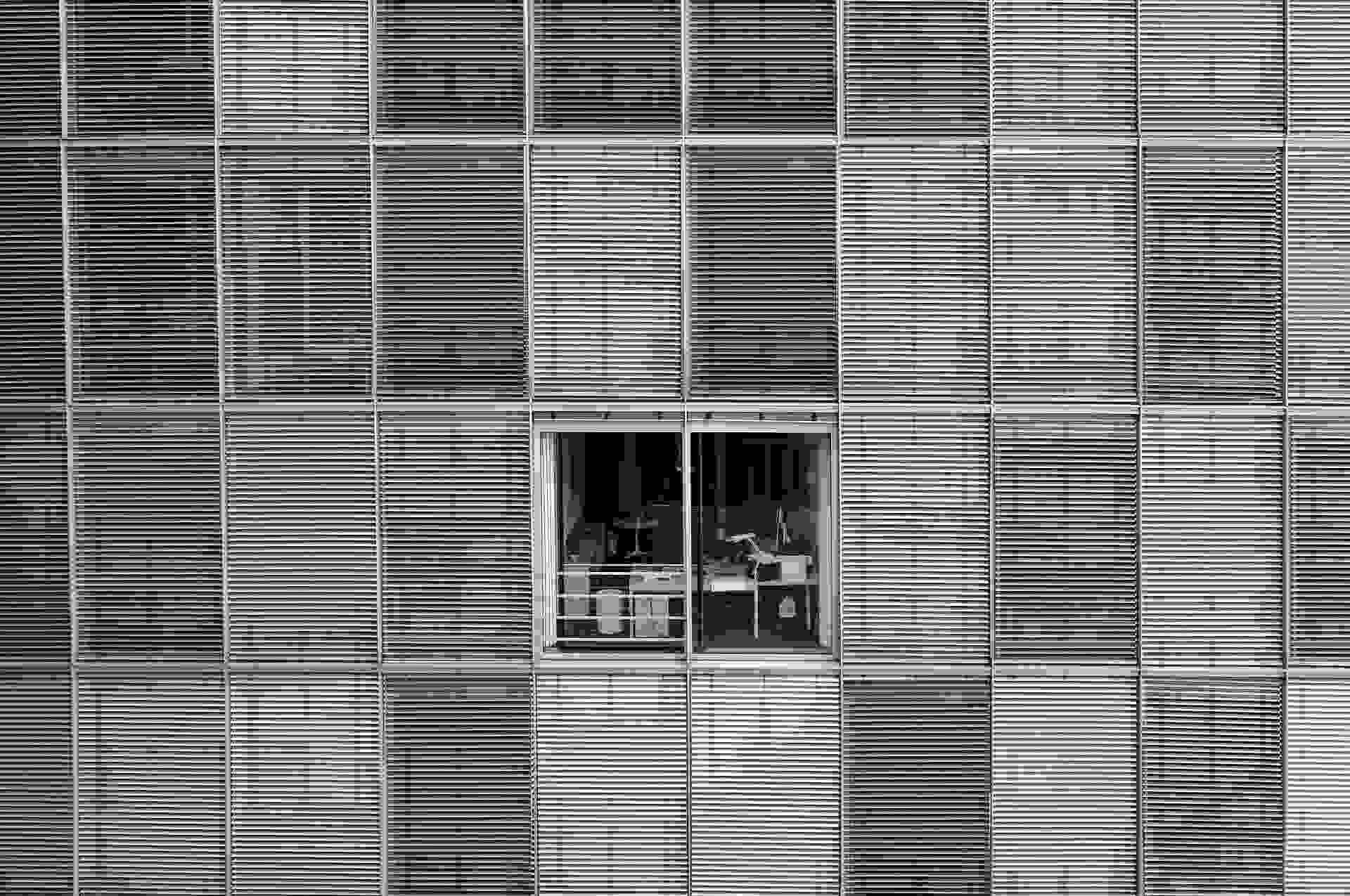 Fachada de um prédio com apenas uma janela a vista
